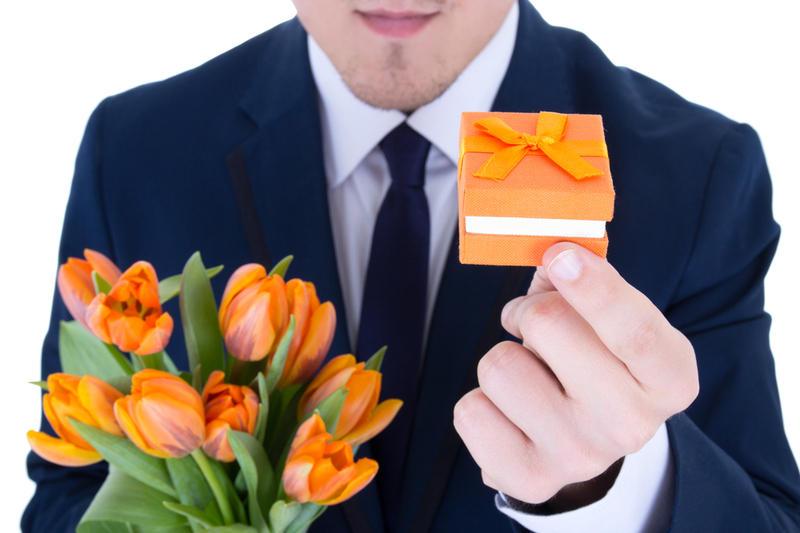 Каким женщинам дарят цветы и подарки 79